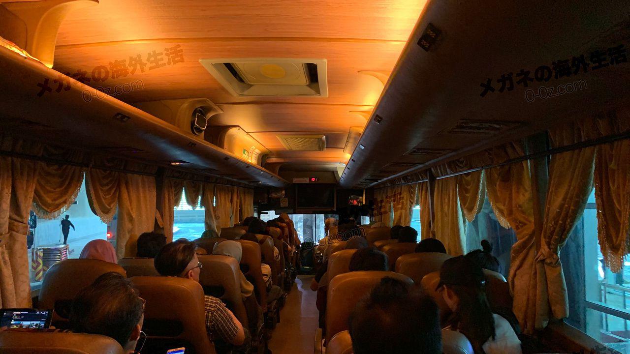 マラッカへの長距離バスの車内